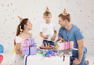 お祝いする家族